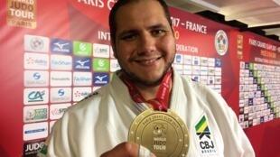 """Rafael Silva, o """"Baby"""", com a medalha de bronze conquistada no Grand Slam de Paris."""