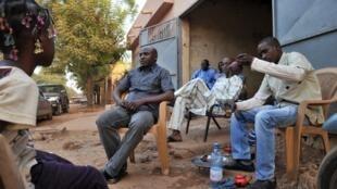 Au Mali on trouve souvent des personnes rassemblées autour d'un thé et cette pratique s'appelle le «Grin».