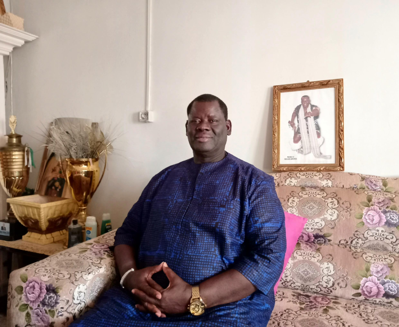 Le lutteur sénégalais Hyacinthe Ndiaye, alias «Manga 2», chez lui, entre coupes de vainqueur et portrait du «roi de l'arène» de l'époque, le 1er avril 2021.