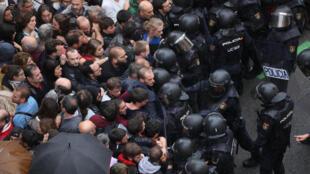 Испанские полицейские оттесняют каталонцев от избирательных участков, 1 октября 2017 года.
