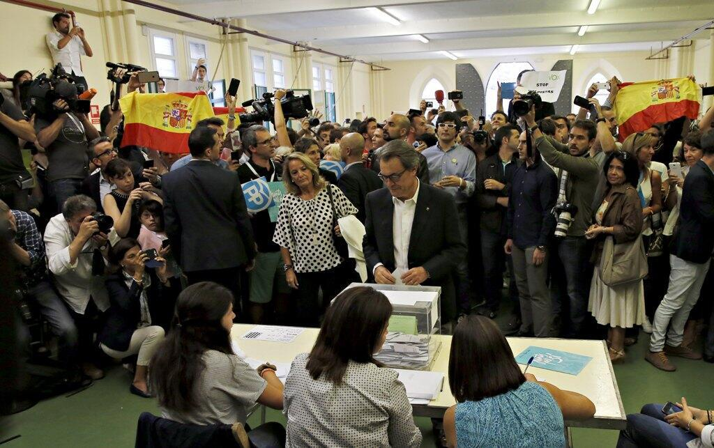 Catalan president Artur Mas (C) waits to cast his ballot in Catalonia's regional parliamentary election in Barcelona, Spain, 27 September 2015.