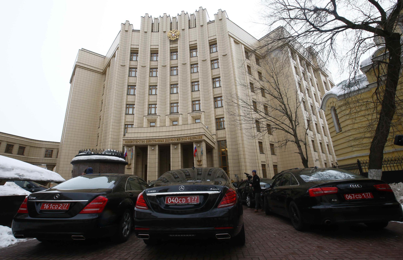 Les voitures des ambassadeurs parquées devant l'immeuble du ministère des Affaires étrangères, à Moscou, le 21 mars 2018.