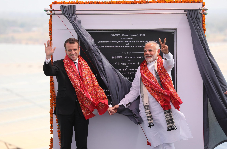 O primeiro-ministro indiano Narendra Modi com o presidente francês Emmanuel Macron em Uttar Pradesh, India, em 12/03/2018