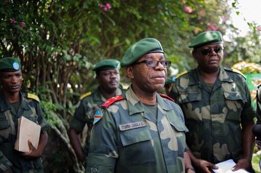 Mkuu wa majeshi ya Jamhuri ya Kidemokrasia ya Congo, Didier Etumba (katikati),katika mkutano na waandishi wa habari mjini Goma, Aprili 11 mwaka 2012.