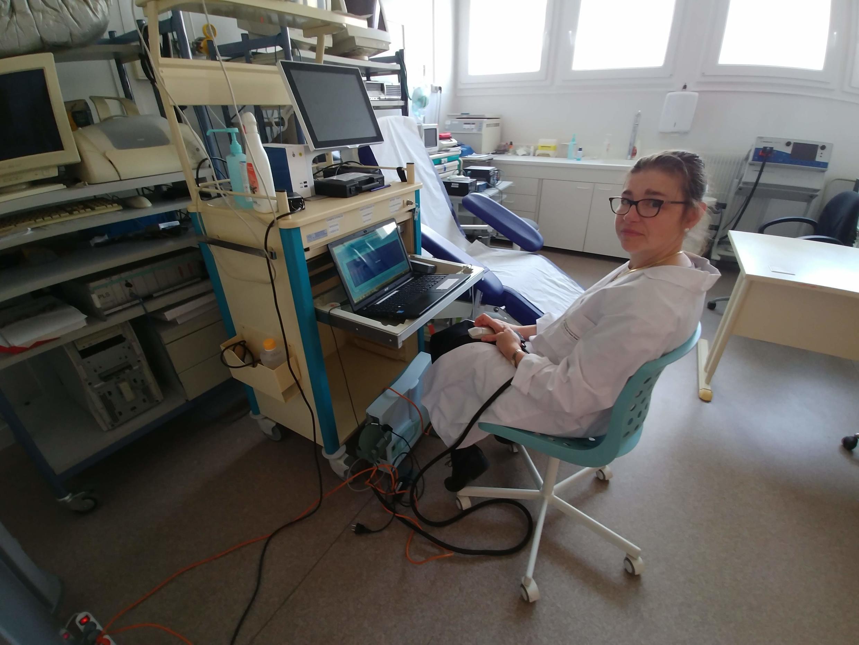 A pesquisadora Frédérique Pointdessous-Jazat em seu escritorio no hospital Ambroise Paré, em Boulogne