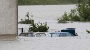 Carros submersos na periferia de Viena nesta segunda-feira, 3 de junho de 2013.