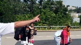 Police supervise evacuation of a Roma camp near Lyon, Aug. 2012