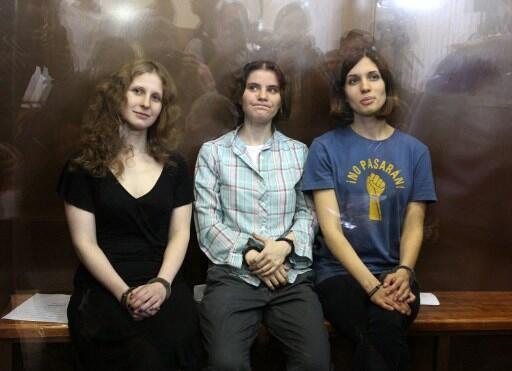 As integrantes da Pussy Riot Nadezhda Tolokonnikova, Maria Alyokhina e Yekaterina Samutsevich durante audiência nesta sexta-feira (17) em Moscou.
