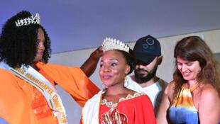 Getheme Loukou (C), gagnante du 1er concours Miss Handicap Côte d'ivoire 2018.