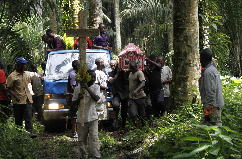 Funérailles d'une personne tuée lors d'une attaque dans un village à proximité de Béni, dans le Nord-Kivu (RDC), le 21 octobre 2014.
