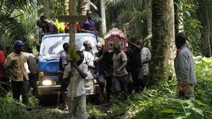 Funérailles d'une victime des ADF, tuée lors d'une attaque dans un village à proximité de Beni, dans le Nord-Kivu, le 21 octobre 2014.