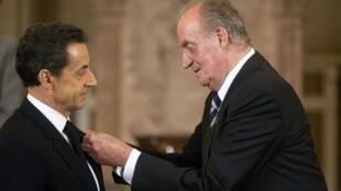 President Sarkozy receiving the Spanish order of the Golden Fleece from King Juan Carlos