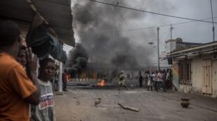Les manifestants ont barricadé ce jeudi les rues du quartier de Cadjéhoun où le domicile de l'ex-président Boni Yayi avait été encerclé la veille par la police.