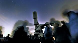 Des gens se prépare à observer les étoiles avec un télescope, dans le nord de la France. Photo d'illustration.to