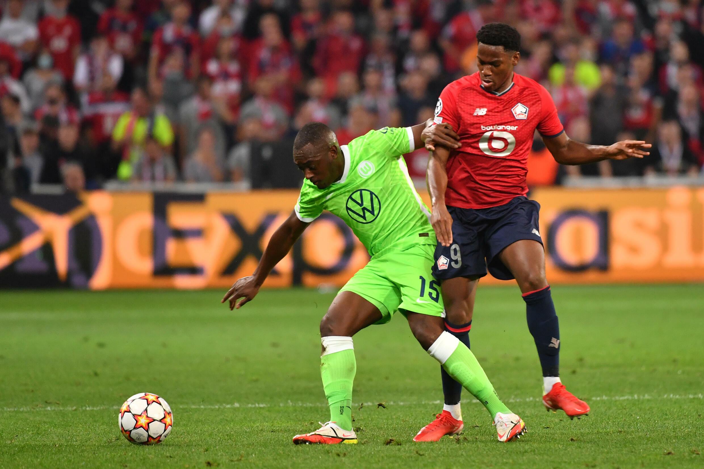L'attaquant lillois Jonathan David peine à passer le défenseur de Wolfsburg Jérôme Roussillon à Villeneuve-d'Ascq, le 14 septembre 2021