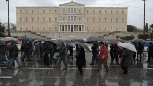 Des retraités grecs manifestent devant le Parlement d'Athènes, le 22 février 2012.