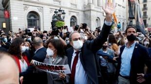 A Barcelone, le président indépendantiste de la Catalogne, Quim Torra, et son épouse après que la Cour suprême espagnole l'a déclaré inéligible pour 18 mois, le 28 septembre 2020.