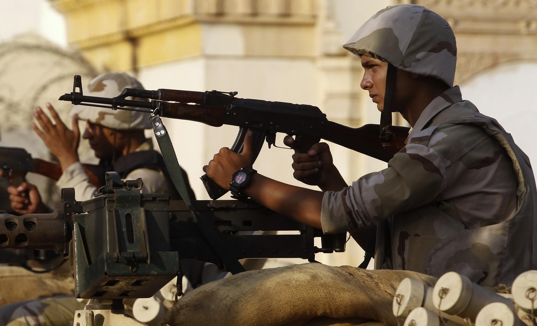 Quân đội Ai Cập chốt gác trước dinh tổng thống tại thủ đô Cairo ngày 30/8/2013.