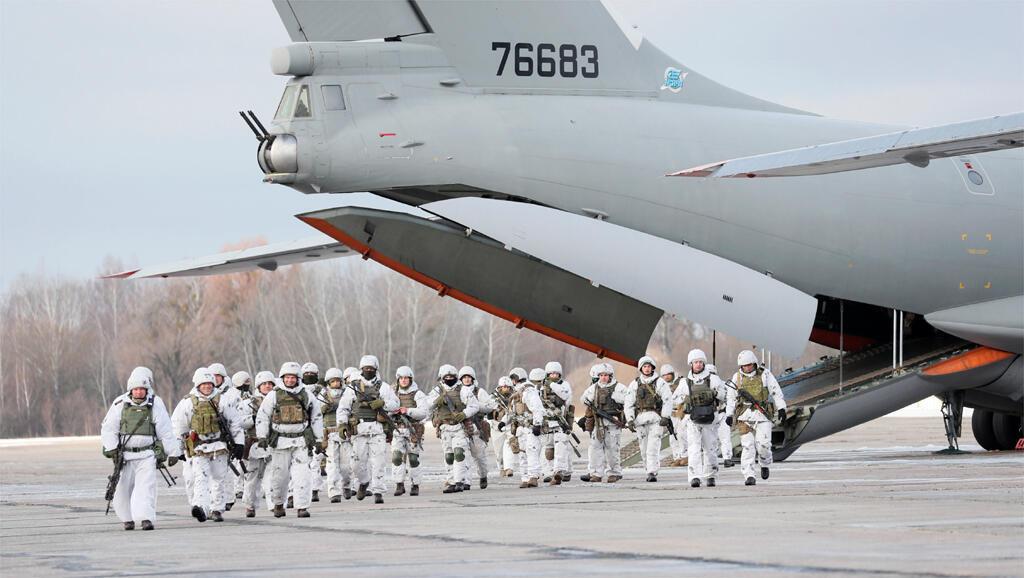 Des troupes parachutistes ukrainiennes s'apprêtent à embarquer pour la frontière orientale.