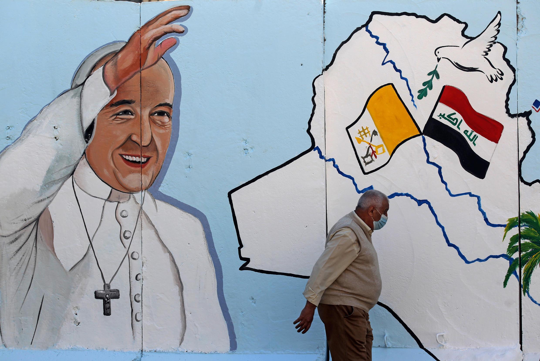 El papa Francisco en una pintura mural de una iglesia de Bagdad, el 22 de febrero de 2021