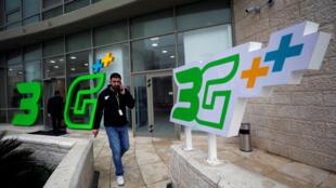 Depuis ce mardi 23 janvier 2018, les sociétés de téléphonie mobile en Cisjordanie occupée offre un service 3G à leurs clients. Ici, un utilisateur à Ramallah.