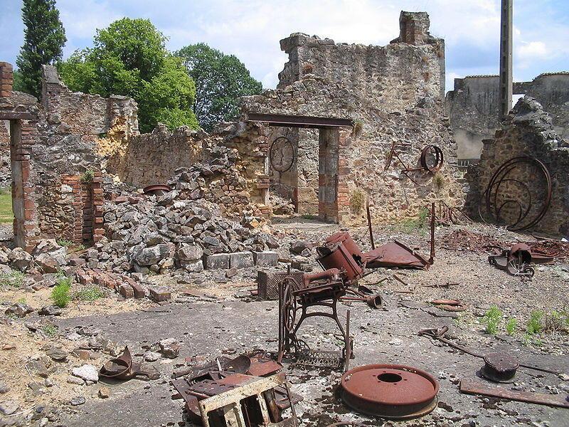 Руины Орадур-сюр-Глан остались нетронутыми с 10 июня 1944.