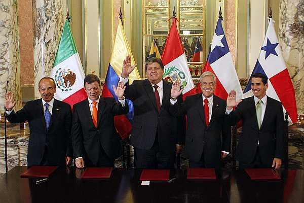 Los presidentes de México, Colombia, Perú y Chile, junto al ministro  panameño para Asuntos del Canal de Panamá.