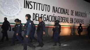 Policías frente al centro de detención de migrantes Siglo XXI en Tapachula tras la fuga de cubanos, haitianos y centroamericanos, el 25 de abril de 2019.