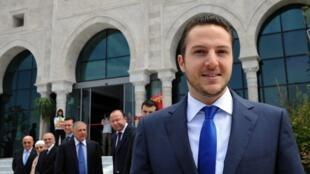 Sakher El Materi pose, en mai 2010, devant le siège de la banque Zitouna dont il est le fondateur.