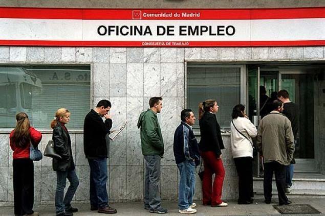 España: al desempleo acuden españoles jóvenes y de clase  media sumándose a los inmigrantes en la búsqueda, cada vez más difícil, de un  puesto de trabajo. El país supera la barrera histórica de los cinco millones de desempleados.