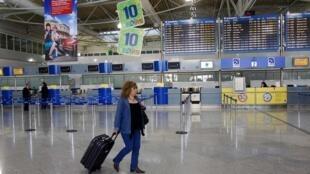 Passagers en transit prolongé à l'aéroport Eleftherios Venizelos d'Athènes, le 11 mai 2011.