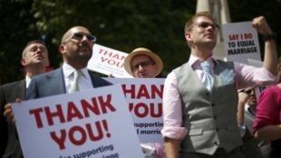 Ativistas comemoram aprovação de lei do casamento gay pelo Parlamento britânico.