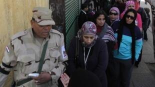 Un soldat surveille un centre de vote lors du référendum sur la nouvelle constitution de l'Egypte au Caire, 14 Janvier 2014.