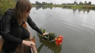 Родственники возлагают цветы к месту падения самолета