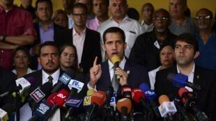 """روز جمعه ٣ مه/١٣ اردیبهشت، خوان گوآیدو رهبر مخالفان رژیم در یک نشست خبری گفت: """"ما با رفتاری آرام و کاملاً صلحطلبانه، یک بیانیۀ ساده را به نیروهای مسلح تقدیم خواهیم کرد بلکه آنها صدای ونزوئلا را برای قدم گذاشتن به سوی انتخابات آزاد بشنوند""""."""