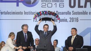 El secretario general de la OEA, Luis Almagro, con el ministro de Exteriores dominicano Andrés Navarro, este 15 de junio en Santo Domingo.
