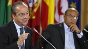 Le Premier ministre maltais Lawrence Gonzi (G) et le président tunisien Moncef Marzouki à la fin du sommet. La Vallette, le 6 octobre 2012.