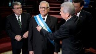 l nuevo presidente de  Guatemala, Alejandro Maldonado, recibe la banda presidencial, el 3 de septiembre de 2015 en la capital gutemalteca.