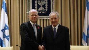 Le chef de la diplomatie anglaise, William Hague, et le président israélien, Shimon Peres, lors de leur rencontre à Jérusalem le 3 novembre 2010.