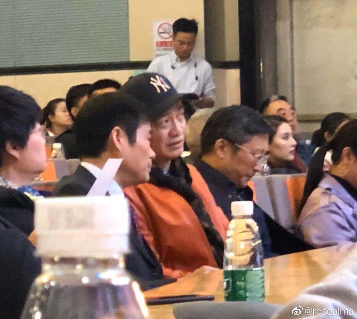 图为微博刊出的崔永元(图中穿红色夹克衫)11月7日出席口述历史活动的场面