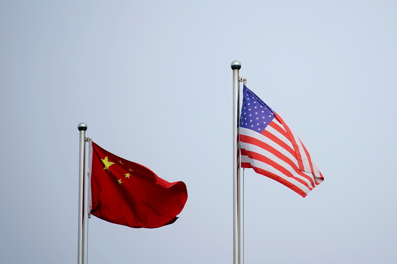 Bendera za China na Marekani zinapepea nje ya jengo la kampuni moja huko Shanghai, China Aprili 14, 2021.