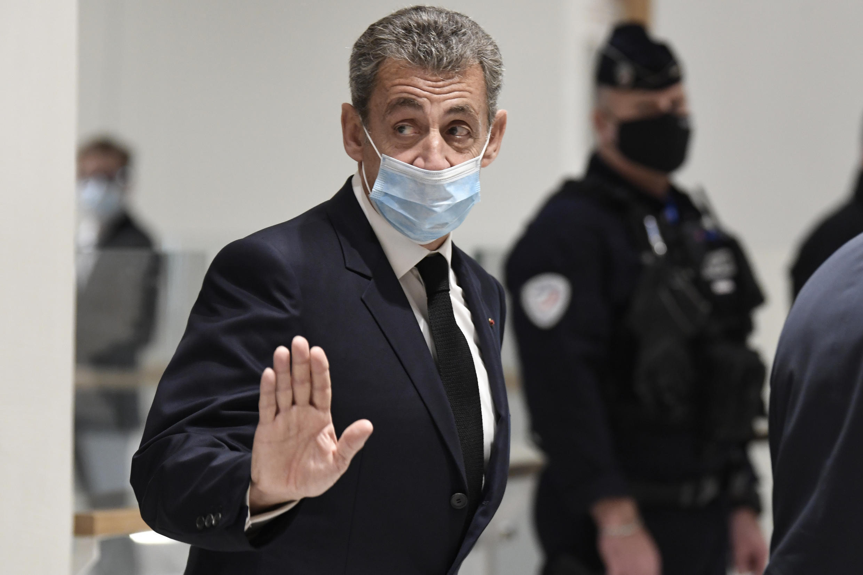 El expresidente francés Nicolas Sarkozy abandona el tribunal de París durante su juicio por cargos de corrupción, el 26 de noviembre de 2020