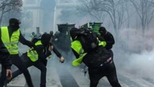 巴黎警察局全面应对即将来临的第四次黄背心抗争活动    画面为12月1日黄背心和警察在凯旋门下的冲突