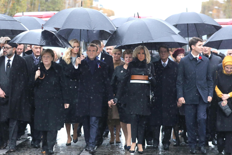 O Presidente francês Emmanuel Macron com sua esposa e chefes de Estado e Governo, durante cerimônia de comemoração do Dia do Armistício, 100 anos após o fim da Primeira Guerra Mundial, no Arco do Triunfo, em Paris, França, em 11 de novembro de 2018.