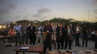 Des députés prient lors de l'inauguration du nouveau Parlement somalien, le 20 août 2012 à Mogadiscio.