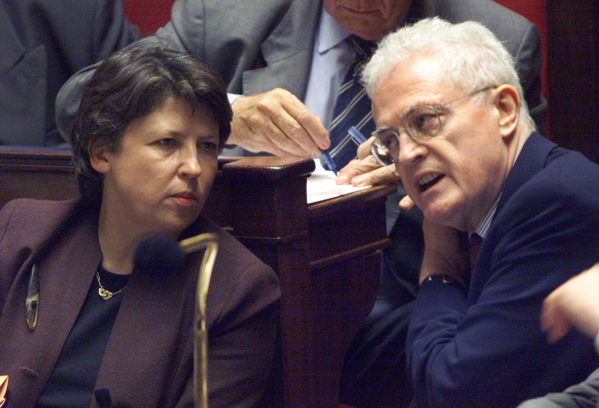 A ministra do Trabalho da época, Martine Aubry, o premiê Lionel Jospin defendem a lei das 35 horas na Assembleia, em outubro de 1999.