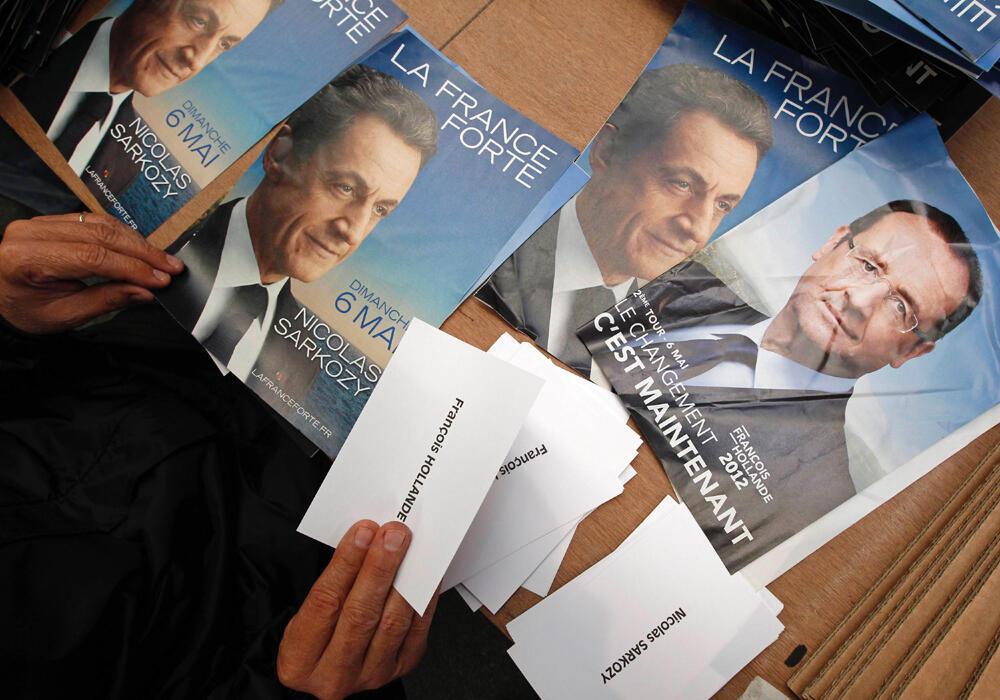 Бюллетени с именами Франсуа Олланда и Николя Саркози - двух кандидатов, вышедших во второй тур французских президентских выборов, который проходит 6 мая 2012 г.