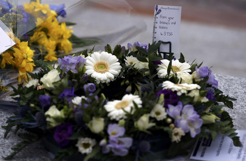 Hoa tưởng niệm nạn nhân trong vụ tấn công trên cầu Westminster được đặt trước New Scotland Yard, Luân Đôn, ngày 24/03/2017.