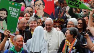 O papa Francisco preside a procissão no início do Sínodo da Amazônia no Vaticano nesta segunda-feira, 7 de outubro de 2019.