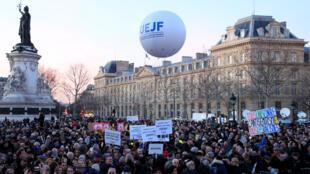 Митинг против антисемитизма на парижской площади Республики 19 февраля 2019.